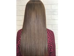 2 Hair Models for Smoothing / Straightening Treatment