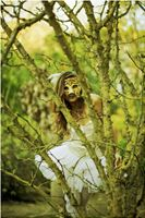 I just love green moss, a mask and Kate! Photographer: Jan Jeltes
